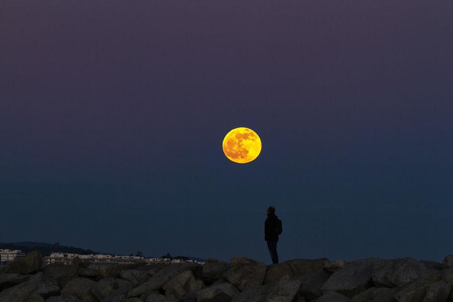 Reflexionant si haurem d'anar a viure a la lluna
