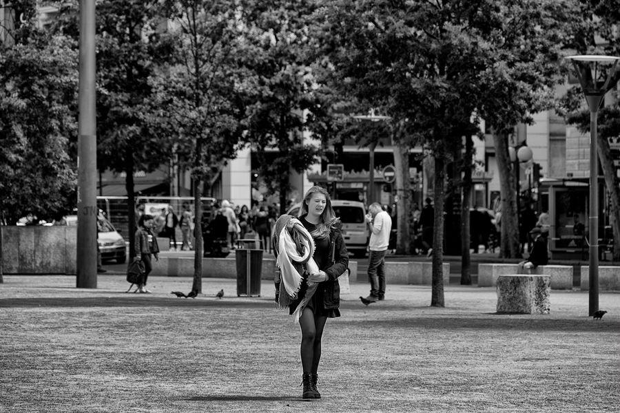 Noia passejant Lyon