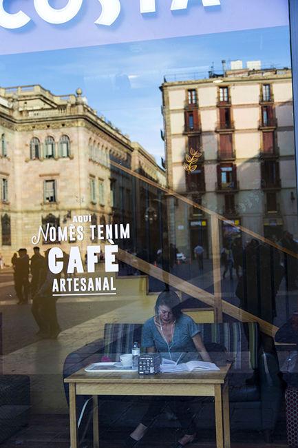 PRENENT CAFÈ A LA PLAÇA SANT JAUME