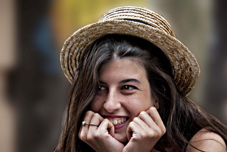 Noia amb barret