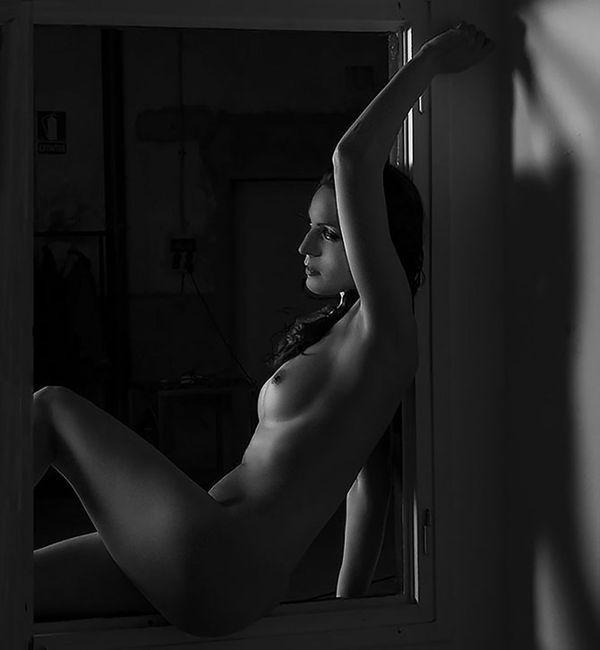 La noia al finestra