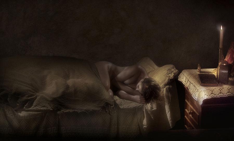 jeune fille dans une vieille chambre