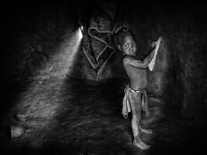 Nena Himba y zapatillaTribu Himba