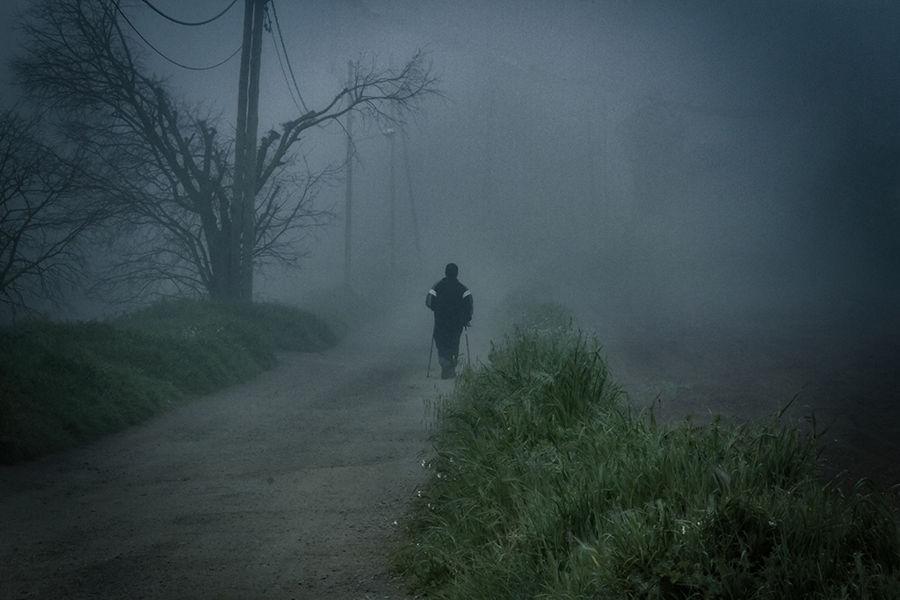 personaje en la niebla