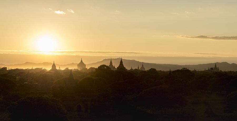 Soleil couchant sur Bagan
