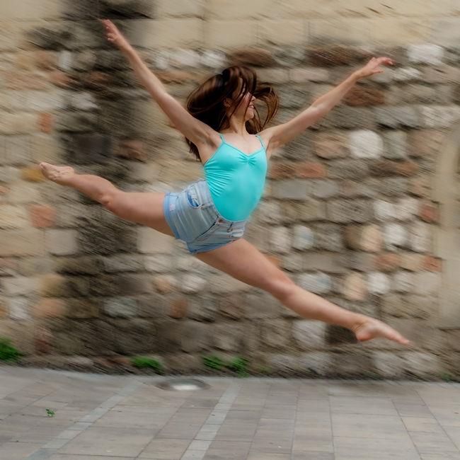 Noia realitzant un salt perfecte