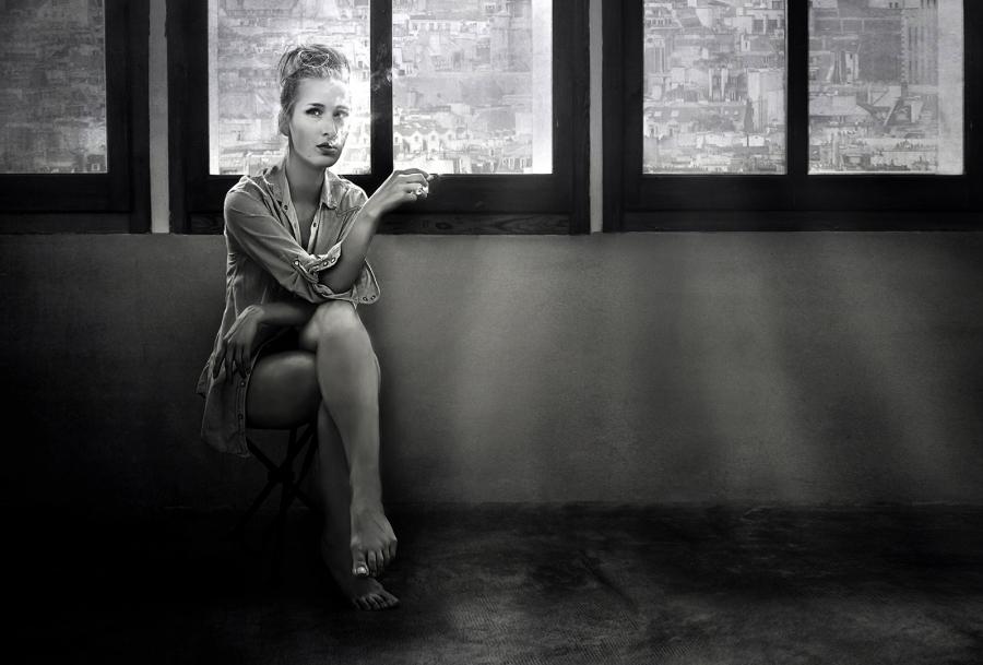 Helga fumando espera