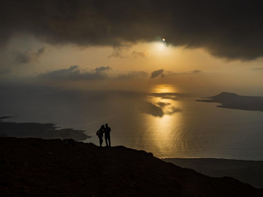 Contemplando la puesta de sol desde el acantilado