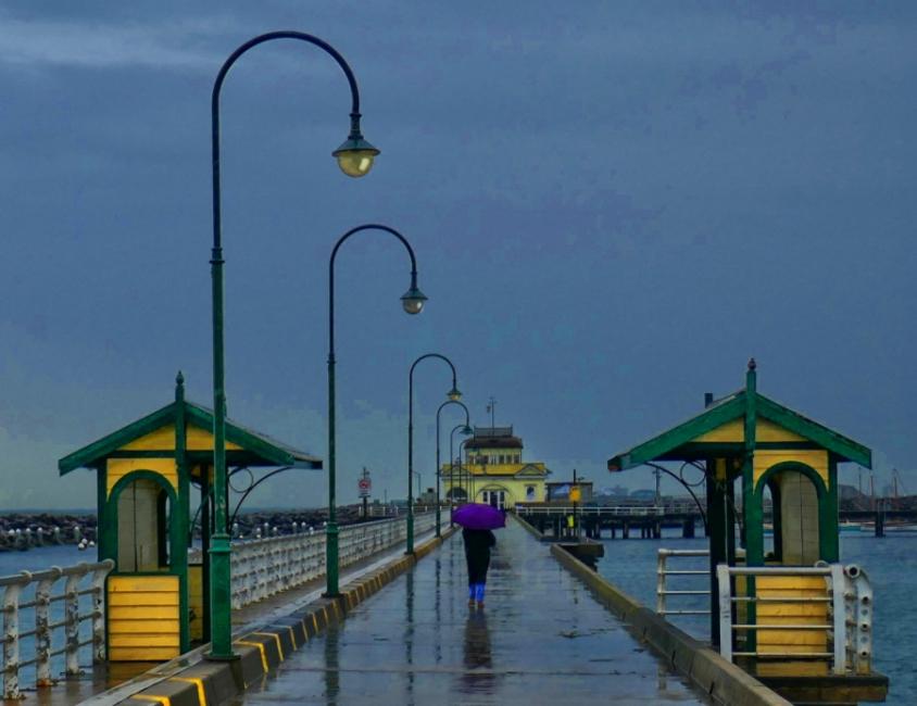 Passeig pel port en dia plujós