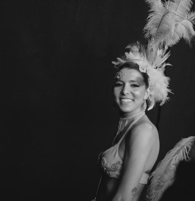 Retrat noia amb plomes