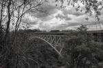 Pont que uneixpont en blanc i negre