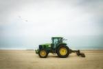 Tractor verd a la platja