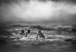 Nens jugant amb les onades