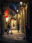 Gente charlando en una calle de Barcelona