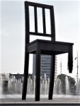 The broken chair. Rebuig a les mines antipersona.